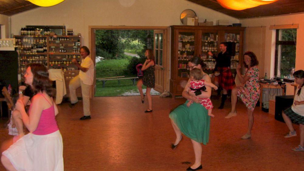 Schottischer Tanz am Sommerabend