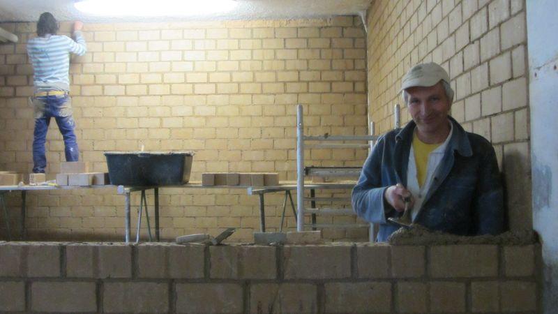 Lehmbau im Stall
