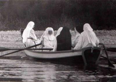 Schwesten im Boot auf dem Karpfsee